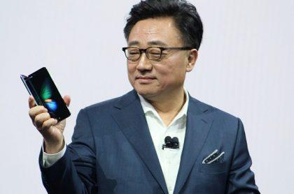 CEO de Samung con Galaxy Fold