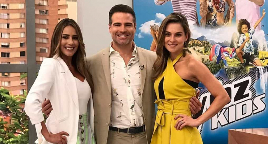 Carolina Soto y Catalian Gómez, presentadoras, con Roberto Manrique, actor.