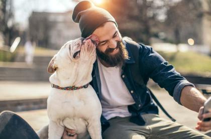 Hombre con barba y su perro
