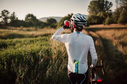 ciclista tomando agua deportista hidratandose hidratacion ejercicio