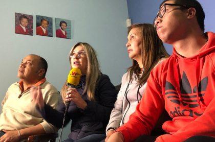 Vicky Dávila, periodista, con Luis Colmenares, Oneida Escobar y Jorge Colmenares, padres y hermano de Luis Andrés Colmenares.
