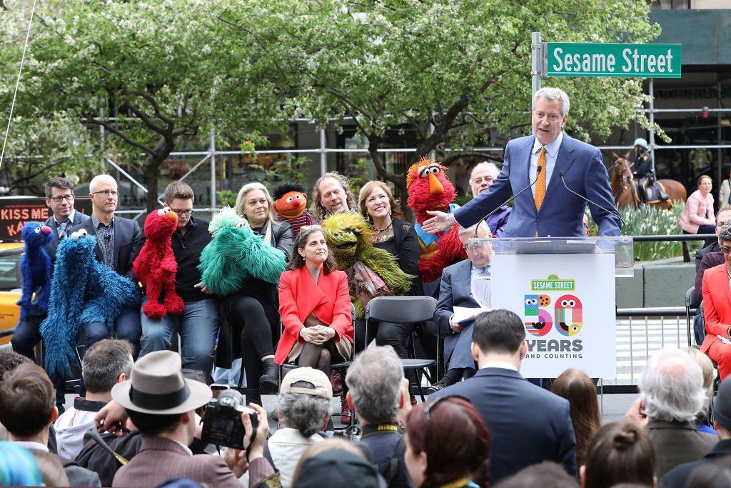 Bill de Blasio durante la revelación de 'Sesame Street'.
