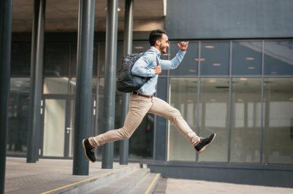 Hombre saliendo de su trabajo