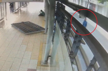 Hombre robando puerta de Transmetro