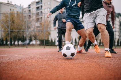 Hombres jugando fútbol