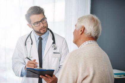Médico en consulta con un paciente