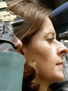 Marta Lucía Ramírez, al lado de un oficial