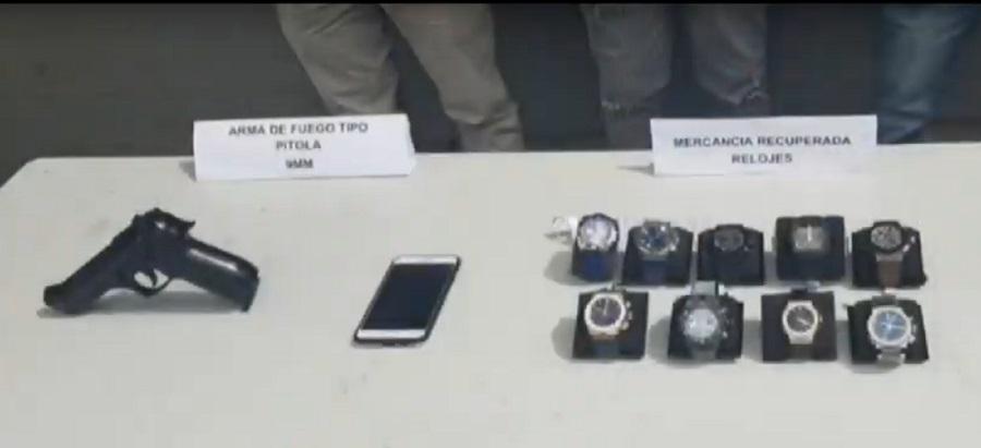 Arma de fuego y relojes robados