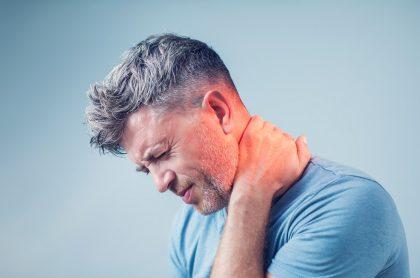 Hombre con dolor de cuello