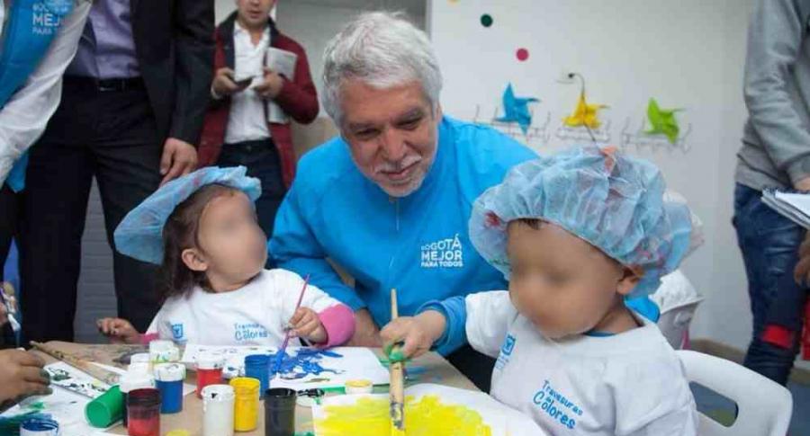 Enrique Peñalosa con niños