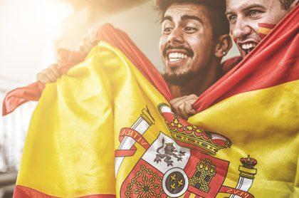 Hombres con la bandera española