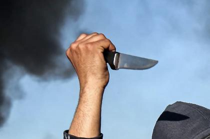 Mano empuña cuchillo