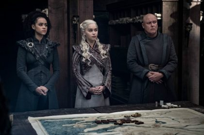 Missandei (Nathalie Emmanuel), Daenerys Targaryen (Emilia Clarke) y Lord Varys (Conleth Hill)