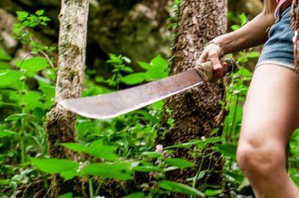 Imagen de una mujer con machete