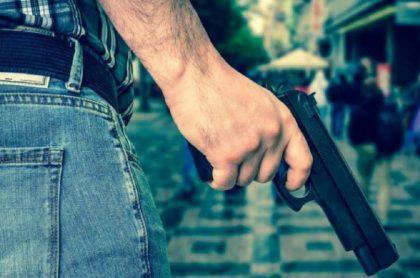 Hombre con arma de fuego
