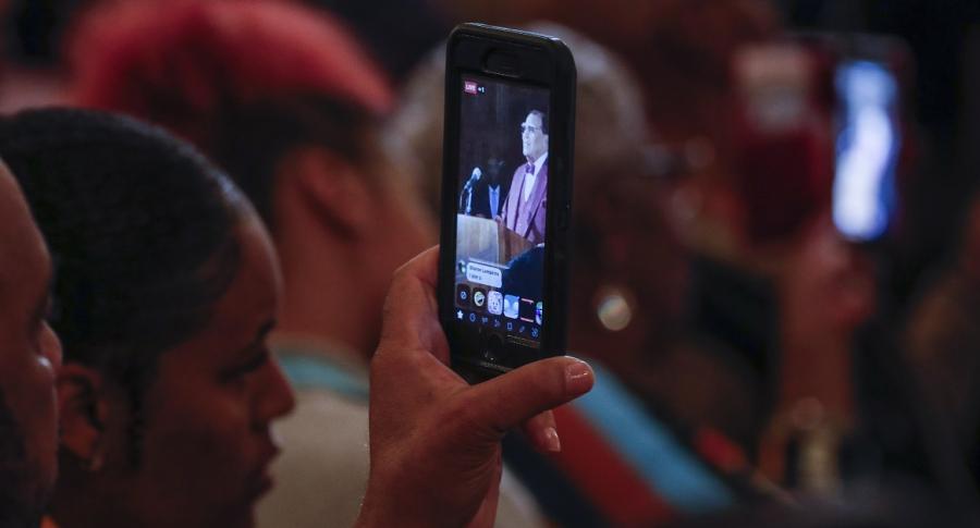 Mujer viendo video en celular