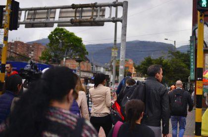 Peatones cruzando un semáforo