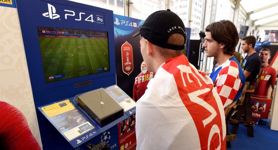 Jóvenes jugando videojuegos