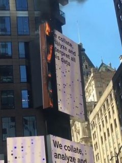 Fuego en el Times Square en Nueva York
