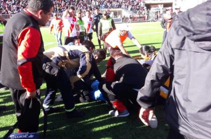 Paramédicos atienden al árbitro boliviano