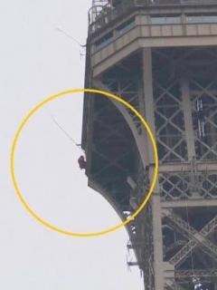 Hombre escala Torre Eiffel