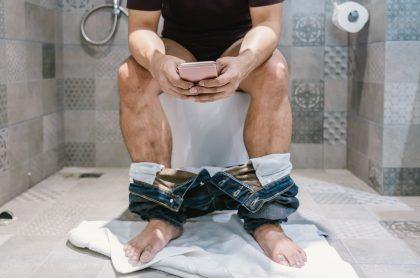 Hombre en el inodoro