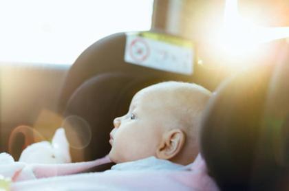 Bebé en un carro.
