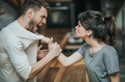 Mujer discute con su pareja.