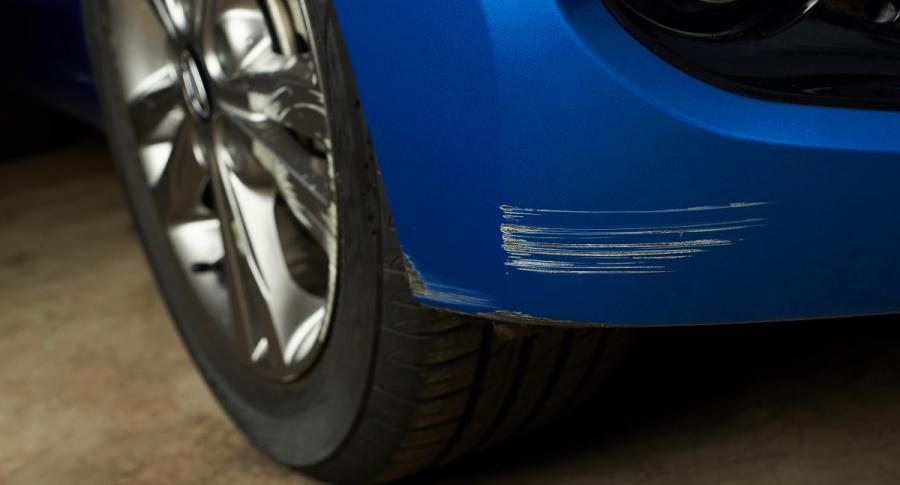Carro azul golpeado
