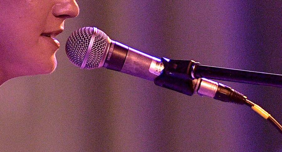 Mujer con micrófono