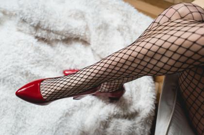 Mujer con medias de malla.