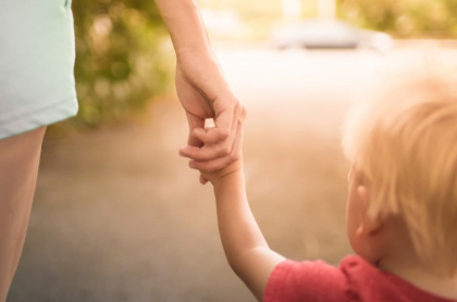 Mujer con un niño.