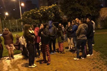 Personas reunidas en la calle.