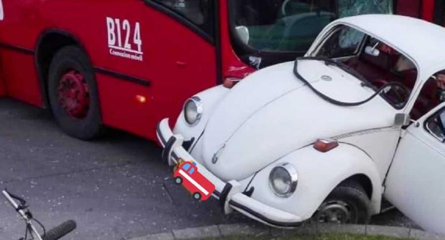 Volswagen blanco embestido por Transmilenio