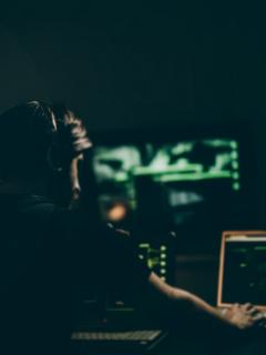 Hombre en computador