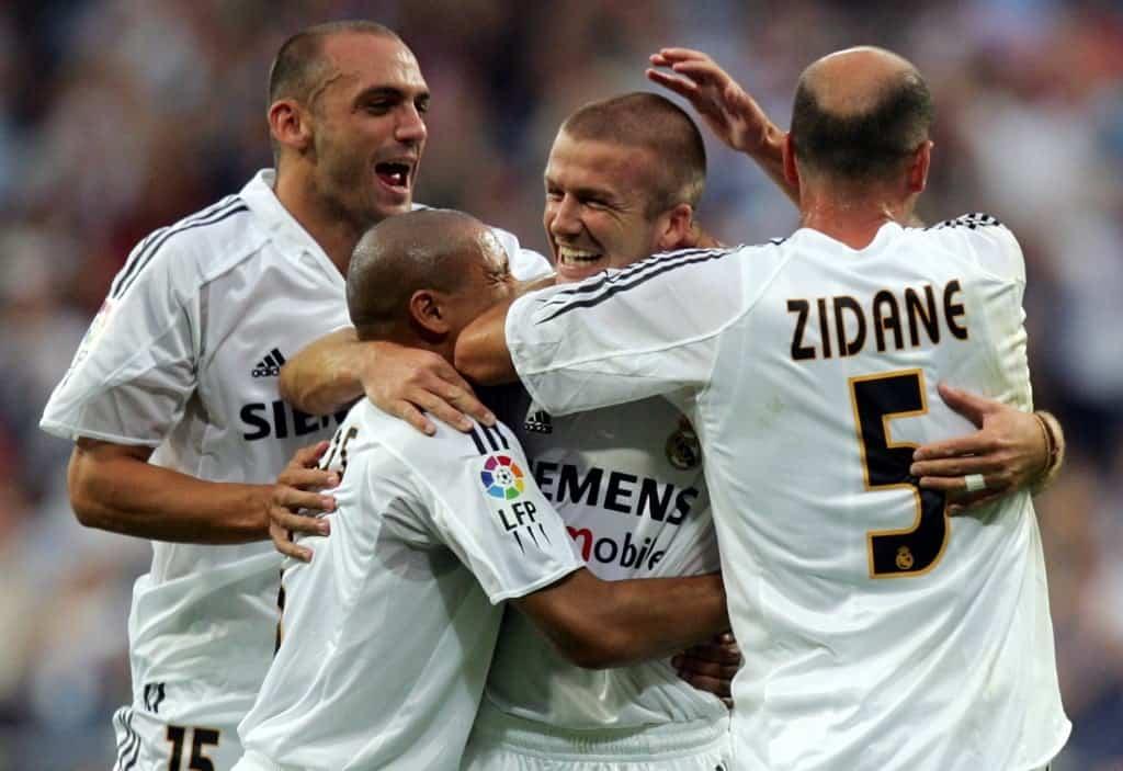 Raúl Bravo (izq.) junto a otros jugadores del Real Madrid