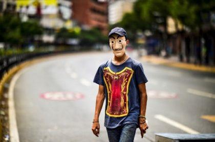 Hombre con máscara de Dalí