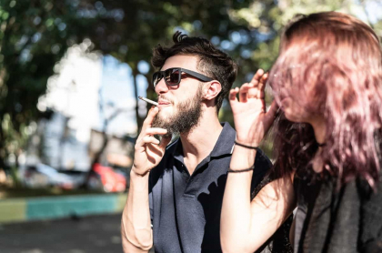 Personas fumando