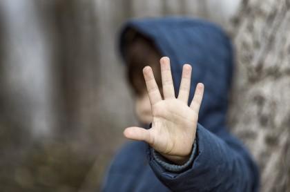 Niño abriendo su mano