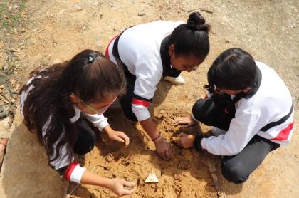 Estudiantes practicando tejo