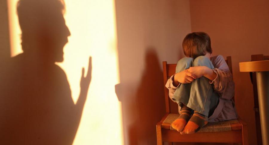 Hombre maltrata a niño.