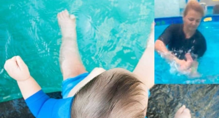 Lección de natación a bebé.