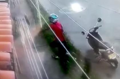 Hombre robando en motocicleta
