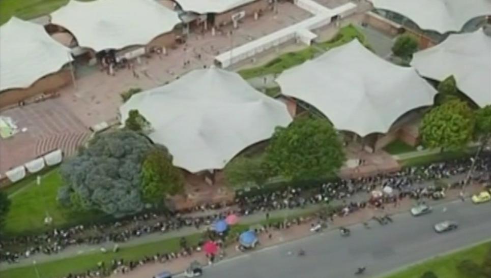 Largas filas en feria de empleo, Plaza de los Artesanos