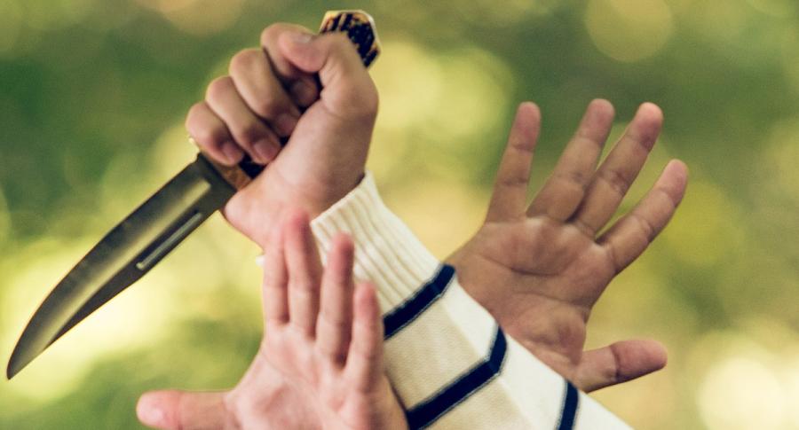 Persona atacando con un cuchillo