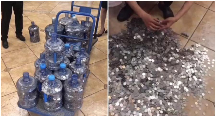 Hombre paga millonada en monedas.