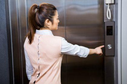 Mujer entrando a ascensor