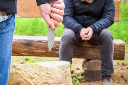 Hombre con cuchillo en parque.