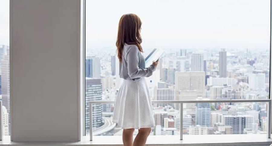 Mujer en falda en oficina