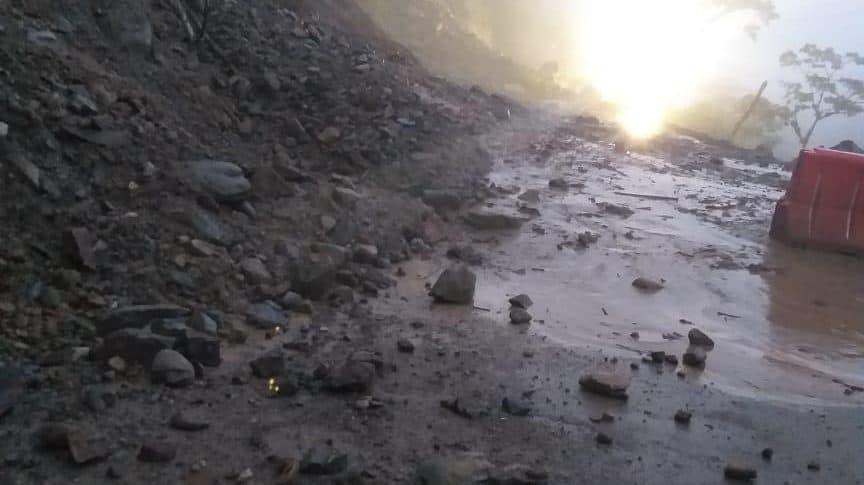 Derrumbe en la vía al llano